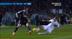 Enlace a GIF: Entrada criminal a Gareth Bale, y sólo es amarilla