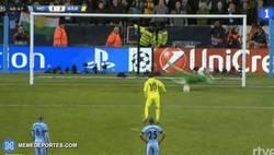 Enlace a GIF: Fail de Messi en el penalti y su incomprensible cabeceo en plancha
