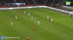 Enlace a GIF: Cuidado que el Leverkusen acecha ¡El larguero evita el gol local!