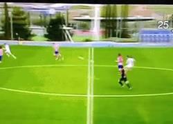 Enlace a GIF: Golazo de Fran Pérez del juvenil del Madrid en el derbi madrileño desde medio campo