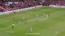 Enlace a GIF: Henderson también marcó un golazo con el Liverpool