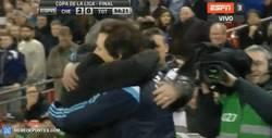 Enlace a GIF: El abrazo entre Mou y Rui Faria