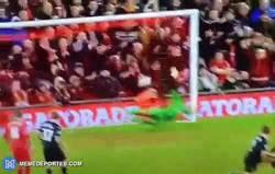 Enlace a GIF: Mientras tanto, golazo de Henderson al Burnley
