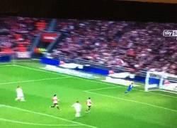 Enlace a GIF: Chicharito celebra el golazo de Bale antes de que entre. Y pasa lo que pasa