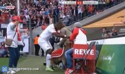 Enlace a GIF: La Cabra con la que los jugadores del Colonia celebran sus goles