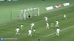 Enlace a GIF: Asistencia al mejor estilo de Shaolin Soccer