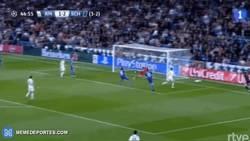 Enlace a GIF: Si esto no lo salva Cristiano, no lo salva nadie. Jugadón del Madrid y 2-2