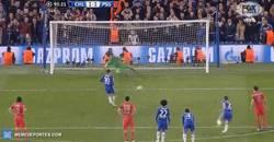 Enlace a GIF: Al Chelsea se le pone de cara la eliminatoria. Hazard marca el 2-1 de penalti
