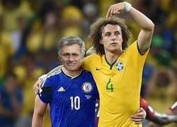 Enlace a David Luiz como siempre consolando al perdedor de la noche