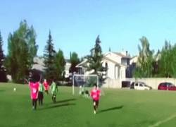 Enlace a GIF: Encuentra las diferencias: celebración de un niño a lo Balotelli
