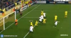 Enlace a GIF: 1-3 gol de Gameiro, que casi sentencia la eliminatoria