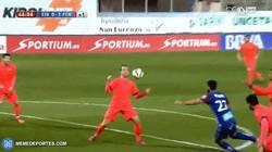 Enlace a GIF: Buen gesto de Rakitic dejándosela con el pecho a Luis Suárez