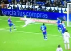 Enlace a GIF: Aquí ha quedado retratado el portugués, su equipo marca y no lo celebra