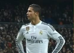 Enlace a GIF: Cristiano no entiende los pitos del Bernabéu