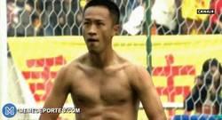 Enlace a GIF: Marca un gol en la liga China y lo celebra a lo Cristiano-Balotelli