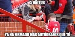 Enlace a El hijo de Rooney ya firma autógrafos