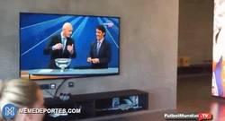 Enlace a GIF: Plantilla del Bayern viendo el sorteo, ojo a la reacción de Müller ante el sorteo del Madrid