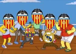 Enlace a Aficionados del Valencia viendo el Clásico, deseando un empate entre ambos