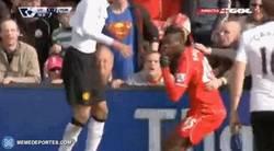 Enlace a GIF: Muy grande la afición del Liverpool sujetando a Balotelli