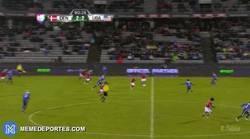 Enlace a GIF: Así completa Lord Bendtner su hattrick frente a Estados Unidos en el minuto 90