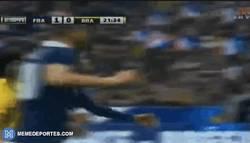 Enlace a GIF: Gol de Varane. Gran cabezazo contra Brasil.
