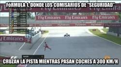 Enlace a F1: Un comisario limpiando la pista mientras pasan coches a más de 300km/h