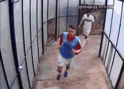 Enlace a GIF: La brutal pelea en el túnel de vestuarios entre Vittoria y Paternò