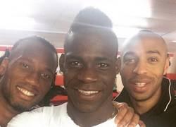 Enlace a Selfie de Henry y Drogba con una leyenda del Liverpool