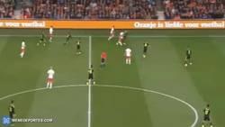 Enlace a GIF: El detallazo de Memphis Depay entre 3 jugadores españoles
