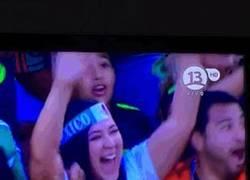 Enlace a GIF: La emoción de los mexicanos al celebrar un gol