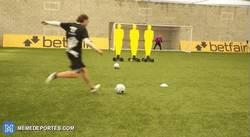 Enlace a GIF: Jugadores del Liverpool practicando junto a el maestro de los tiros libres en Youtube