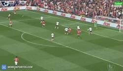 Enlace a GIF: Así ha sido el gol de Ander Herrera... para el Manchester United