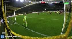 Enlace a GIF: Brutal parada de Neuer que se queda con el balón