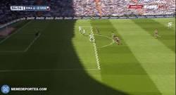 Enlace a GIF: Póker de Cristiano que se golpa contra el palo al marcar