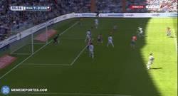 Enlace a GIF: Doblete de Benzema, apisonadora del Real Madrid. Un coladero el Granada