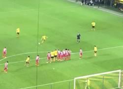 Enlace a GIF: El fail de Reus celebrando gol su tiro libre, pero ahí estaba Neuer