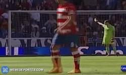 Enlace a GIF: Gran gesto de Iker regalando su camiseta a un niño que sufrió un balonazo