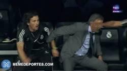 Enlace a GIF: La reacción de Mourinho al perder el City, casi toca ya el título de la Premier