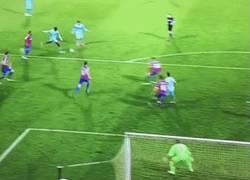 Enlace a GIF: Gran gol de Yaya Touré al Crystal Palace que no sirve para nada