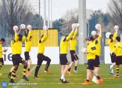 Enlace a GIF: Los jugadores del Borussia Dortmund bailando ballet, ¿Qué clase de entrenamiento es éste?