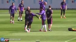 Enlace a GIF: Las bromitas pesadas entre Neymar y Rafinha, ¡ojo que se les va de las manos!
