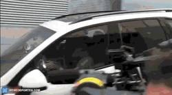 Enlace a GIF: Jesé vacila a Modric por casi chocarse con el coche de Isco
