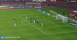 Enlace a GIF: A sus 42 años, el portero Rogério Ceni marca su gol 127. Increíble