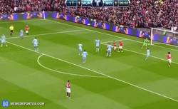 Enlace a GIF: Gol de United que remonta mediante Fellaini, que no tiene un pelo de tonto