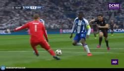 Enlace a GIF: El penalti en el minuto 2 de partido del Bayern