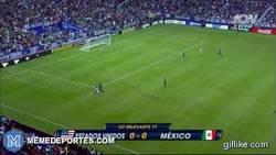 Enlace a GIF: Increible jugada de Erik Torres en el USA - Mexico