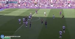 Enlace a GIF: Messi intenta marcar de chilena, no parece tan fácil