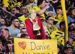 Enlace a Aficionados del Borussia Dortmund mostrando su agradecimiento a Klopp