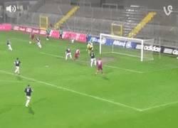 Enlace a GIF: Golazo del hermano de Ribery en las inferiores del Bayern