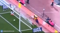 Enlace a GIF: En Sport dijeron que se tiró para celebrar el gol. Esto es lo que le pasó a Messi